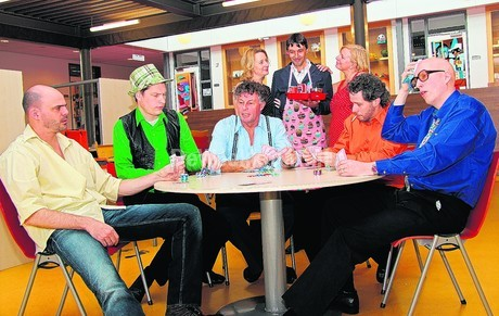 De cast van The Od Couple door Theatergroep Spiegel